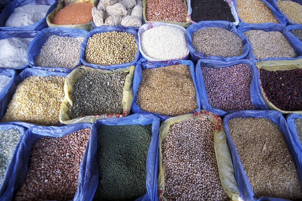 Der Gemuese und Fruechte Markt inmitten der Altstadt Stone Town der Hauptstadt Zanzibar Town auf der Insel Zanzibar welche zu Tansania gehoert.