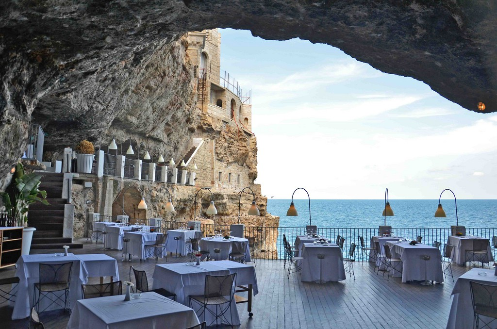Grotta Palazzese, Itália