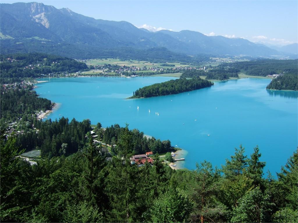 Com águas azuis, o Lago Faak é simplesmente imperdível!