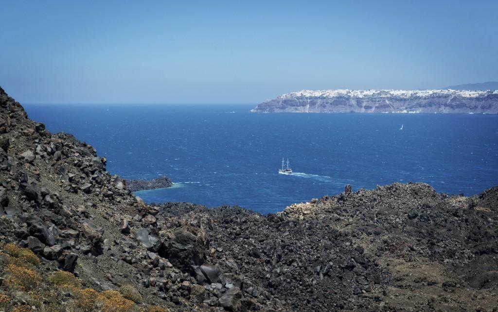 Barco próximo ao vulcão