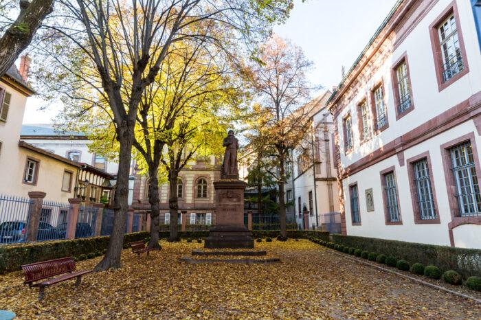 Vista exterior de edifícios históricos e monumentos na parte antiga da cidade de Colmar