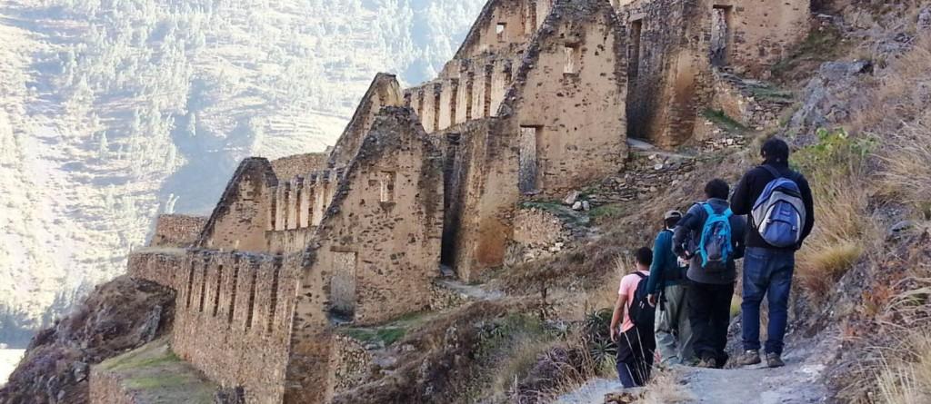 Trilha com destino a Pinkuylluna, sítio arqueológico no Vale de Lares, no Peru