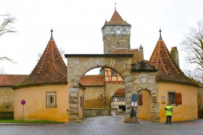O primeiro é chamado Galentor, o portão que leva à antiga área onde execuções eram conduzidas em frente ao público, um dos lados sinistros da Idade Média