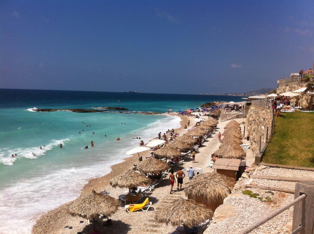 """O """" SKY Bar """" está localizado à beira mar, com uma vista inebriante"""