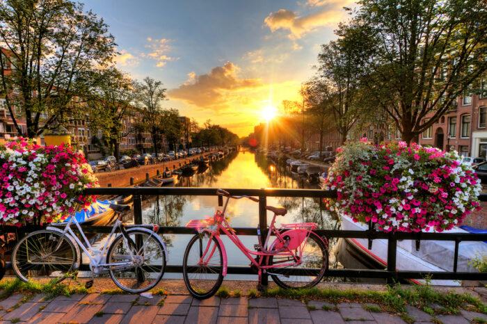 Por do Sol do Verão no canal Holandês