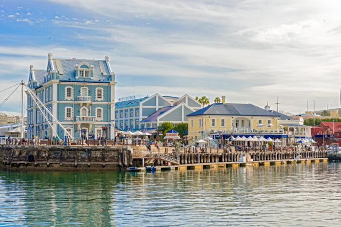 Turistas que andam pelos edifícios no Victoria and Alfred Waterfront na Cidade do Cabo , África do Sul