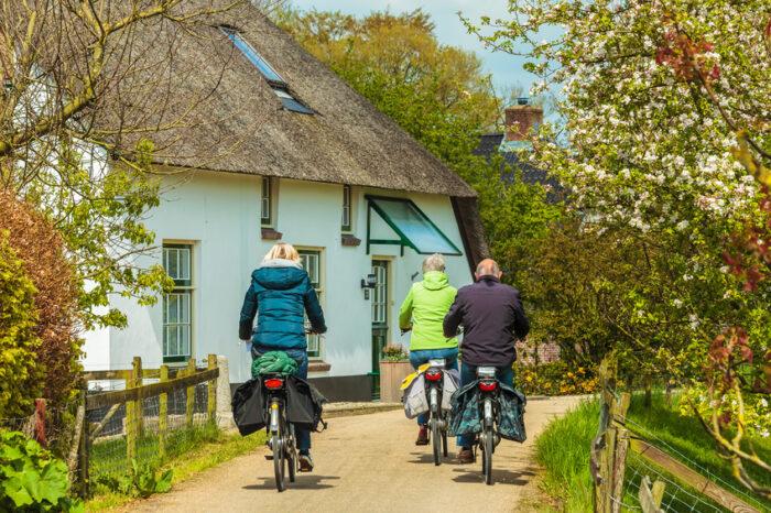 Andar de bicicleta  na pequena aldeia neerlandesa
