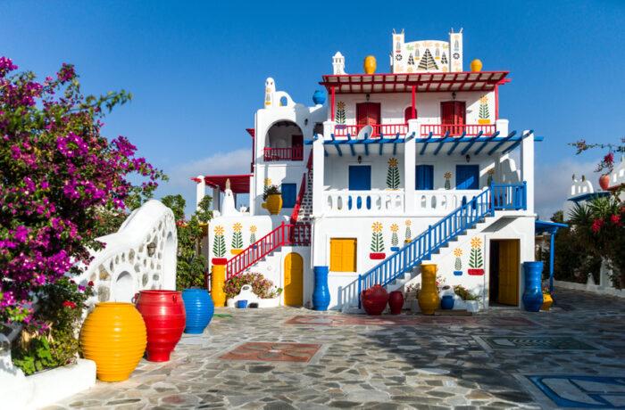 Uma casa totalmente colorido e decorado com arquitetura grega típica na área Ano Mera