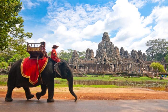 Visitante no bayon em Angkor