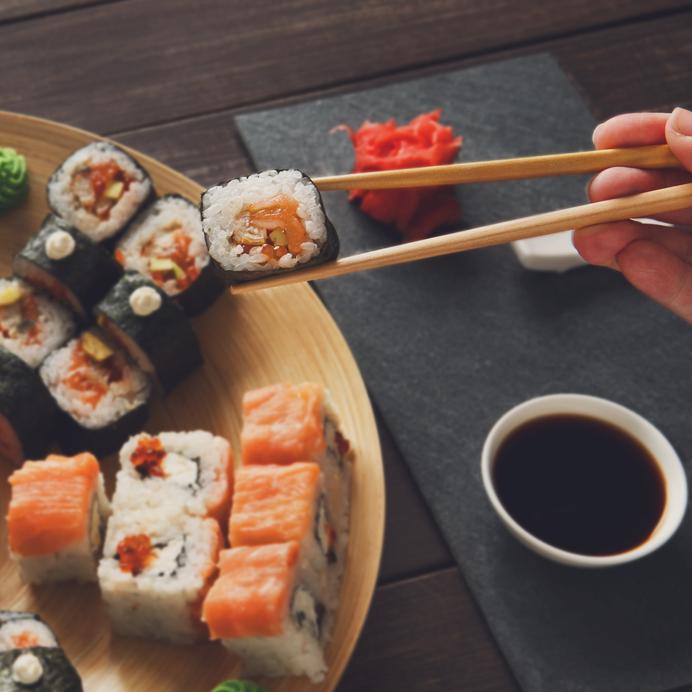 Conjunto de sushi Maki e pães em preto rústica no shoyu