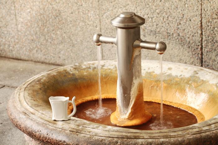 Fonte de água mineral termal nº 9 em Karlovy Vary,