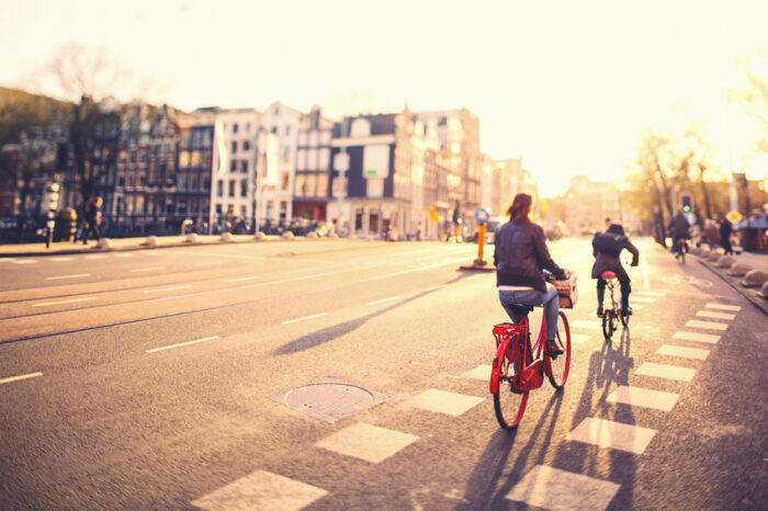 Pessoas em bicicletas em Amsterdam