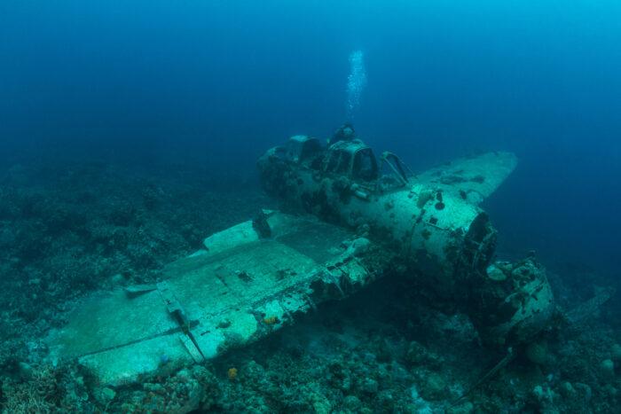 Baixo relevo avião naufrágio