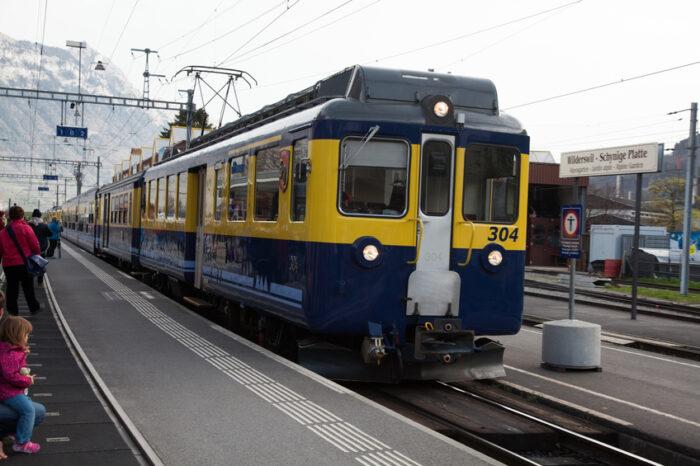 Wilderswil Suíça de trem na montanha