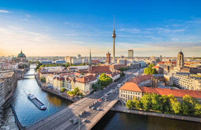 Horizonte de Berlim com rio Spree