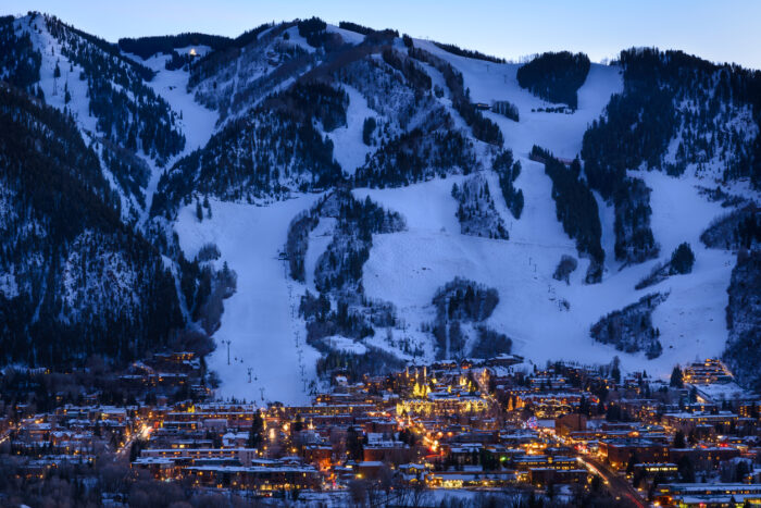 Aspen Colorado cidade e pistas de esqui ao anoitecer