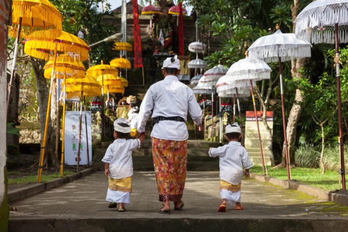 Homem com crianças, caminhando até a escada
