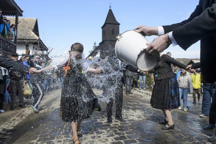 Jovem recebe banho de água em tradicional celebração da Páscoa na Hungria