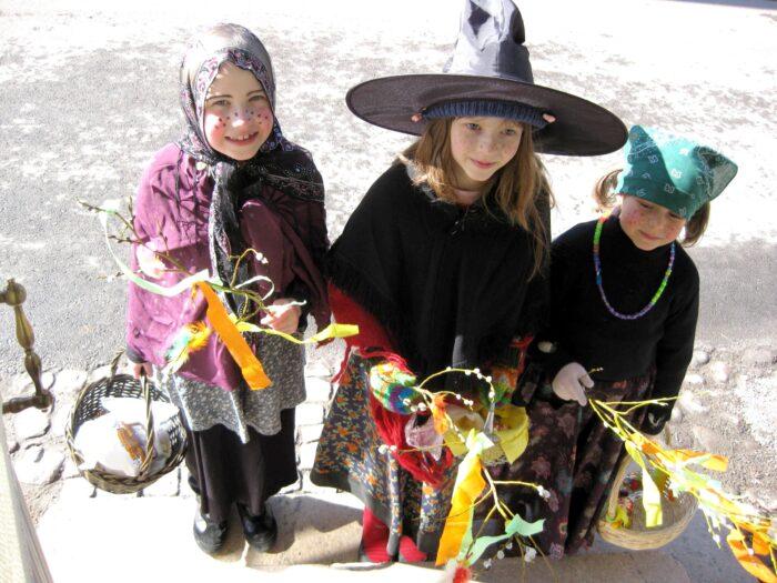 A Páscoa na Finlândia é comemorada de forma semelhante ao que vemos no Halloween americano, com crianças fantasiadas pelas ruas recolhendo doces