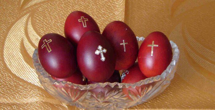 Ovos pintados de vermelho