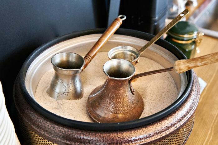 Preparação de café turco em cezve na areia