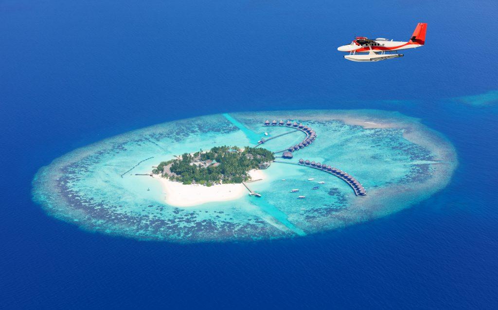 """<img src=""""aviao-voando-sobre-o-mar-de-maldivas.jpg"""