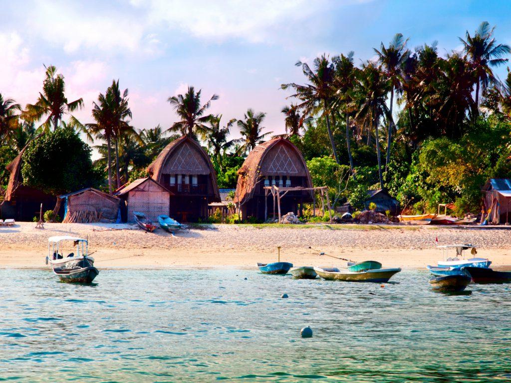 "<img src=""cabanas-balinesas-na-praia.jpg"