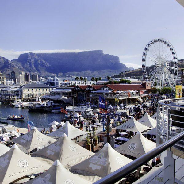 V&A Waterfront, uma área portuária revitalizada, onde fica o maior complexo de lojas, atrações e restaurantes locais